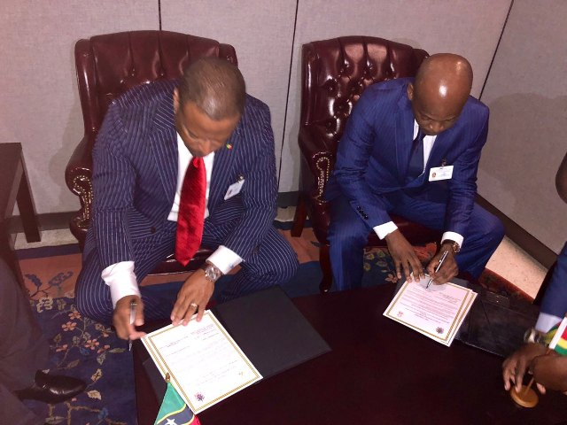 Hon. Mark Brantley, Foreign Minister in St. Kitts and Nevis (left) and Professor Robert Dussey, Minister of Foreign Affairs, Cooperation and African Integration signing an agreement on September 25, 2018